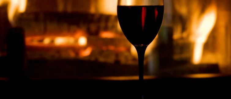 Inverno combina com lareira e vinhos